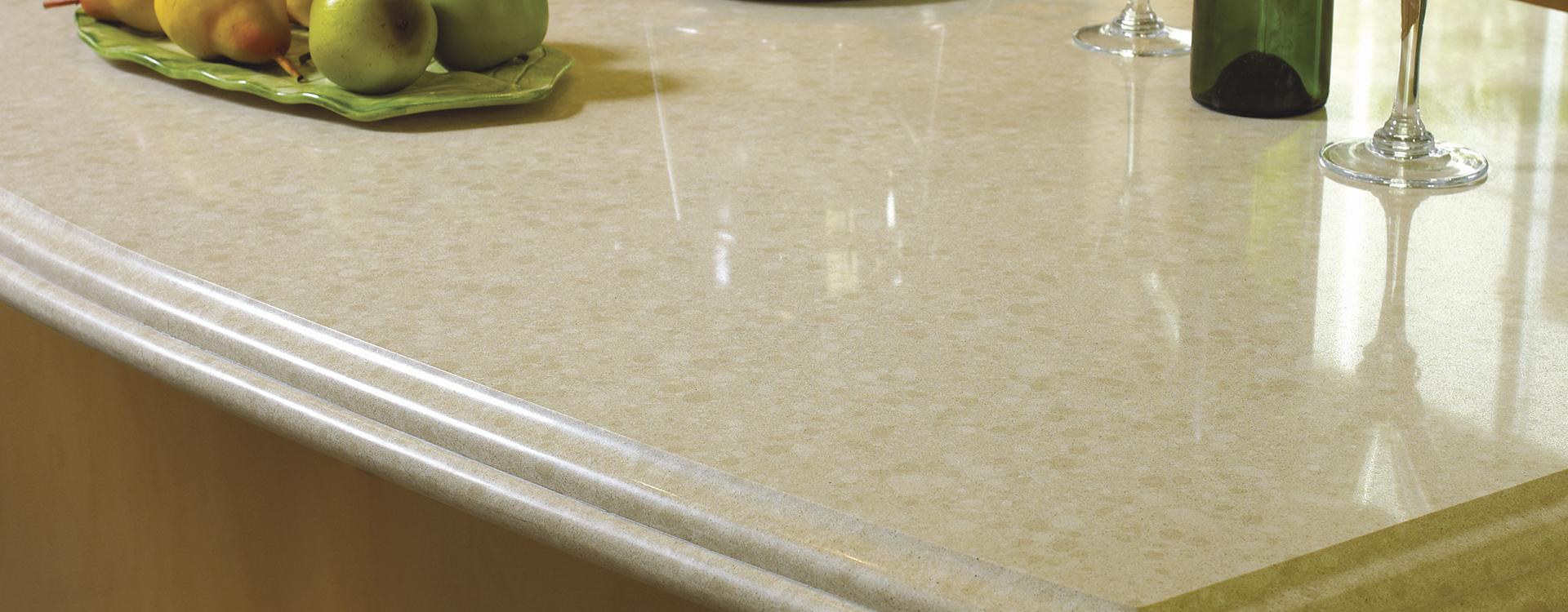 For å unngå at vann trekker inn i steinen bør benkeplater i kalkstein impregneres med STEINFIX 100+